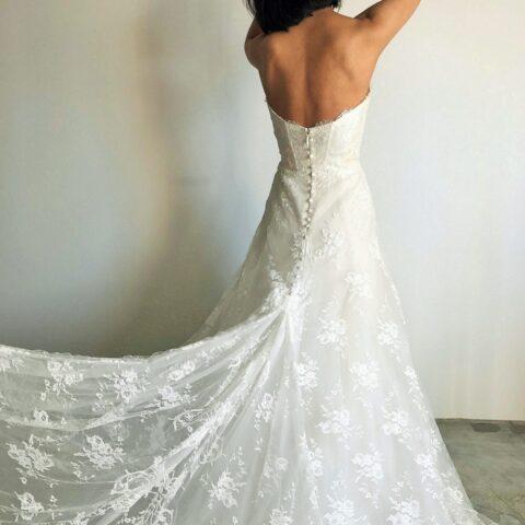 透け感のあるレースのトレーンは挙式中のバックスタイルも美しく、写真映えもしっかりする人気のドレスです。