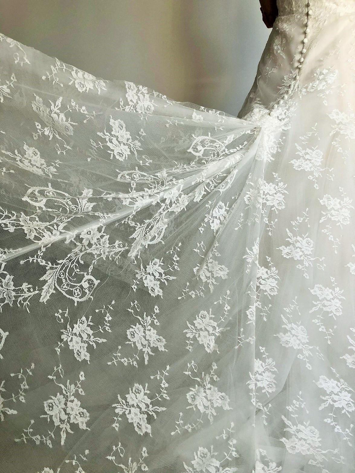 透けるようなレースが全体に施されたレンタルウェディングドレスは横浜みなとみらいのような海の近くの挙式会場でお式をされる花嫁におすすめです。
