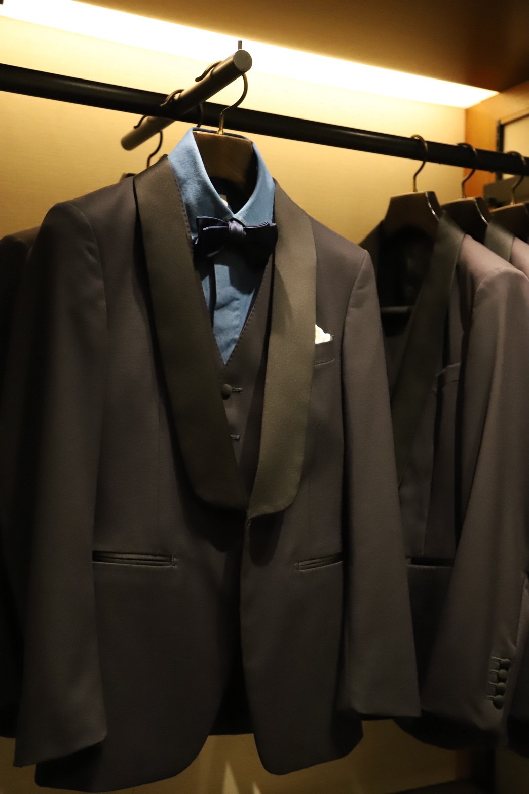 トリートドレッシング大阪店では、ブラックタキシードだけでなくミッドナイトブルーのタキシードの取り扱いもございます。男性的でモダンなスタイルを演出できます。その他にお色直しでお召いただけるカジュアルウェアの取り扱いもございます。