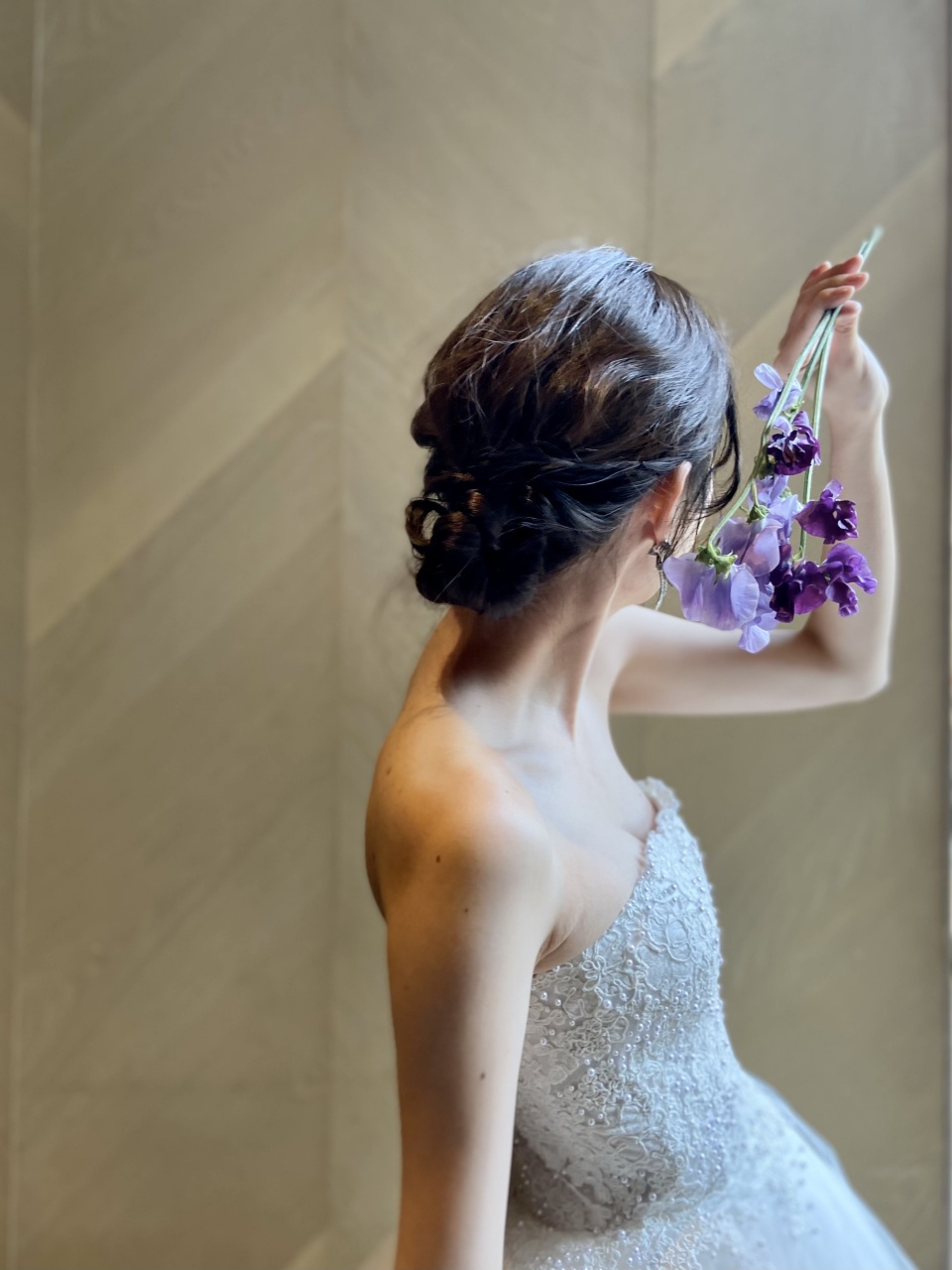 女性らしいレースやビーディングが華やかなAラインのウェディングドレスは、ウィズザスタイルのナチュラルで温かみのある雰囲気にぴったり