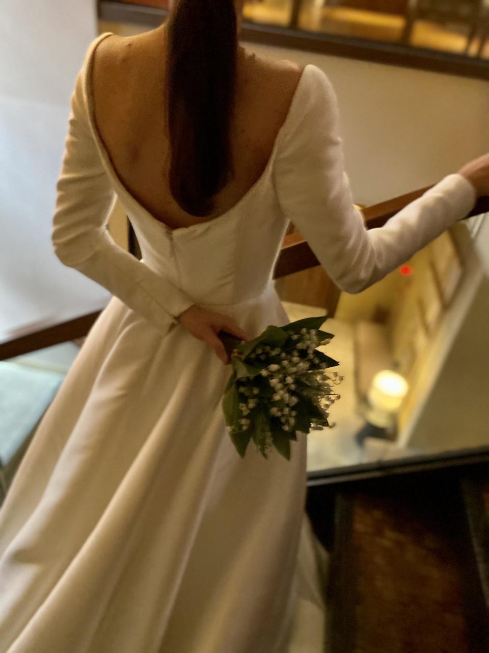 気品あふれるミカドシルクのロングスリーブドレスは、大人なクラシカルさを演出