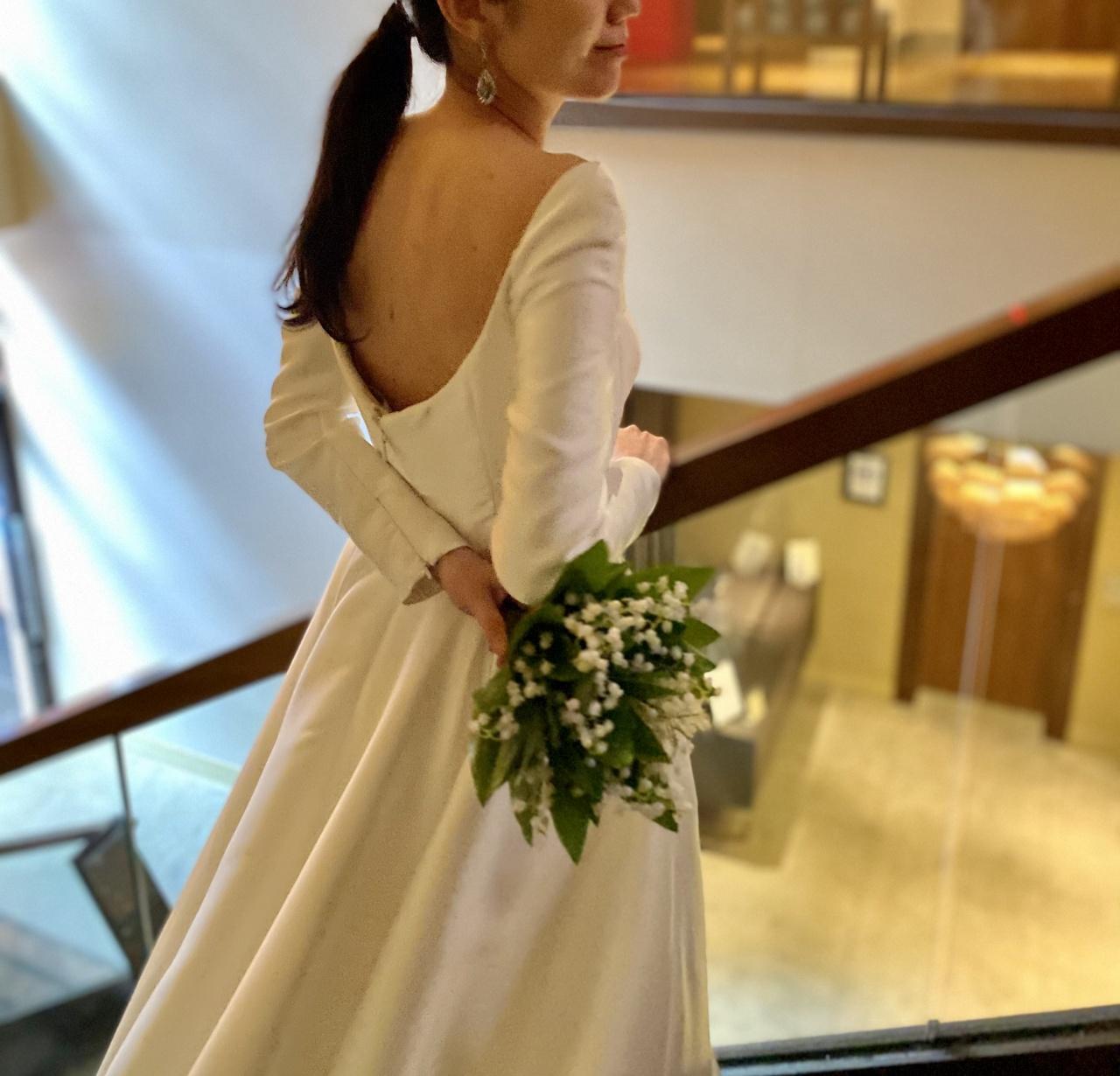 ミカドシルクを使用した上品で女性らしいウェディングドレスには、すずらんのブーケを合わせて可憐な印象をプラス