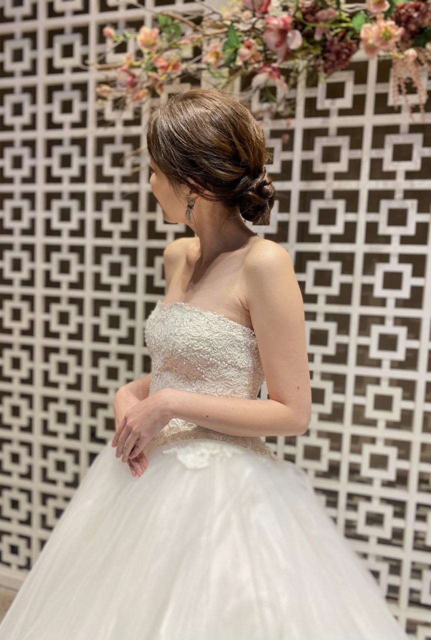 ウィズザスタイルのノースの会場に映える、柔らかでふんわりとしたチュールが可愛らしいAラインのウェディングドレス