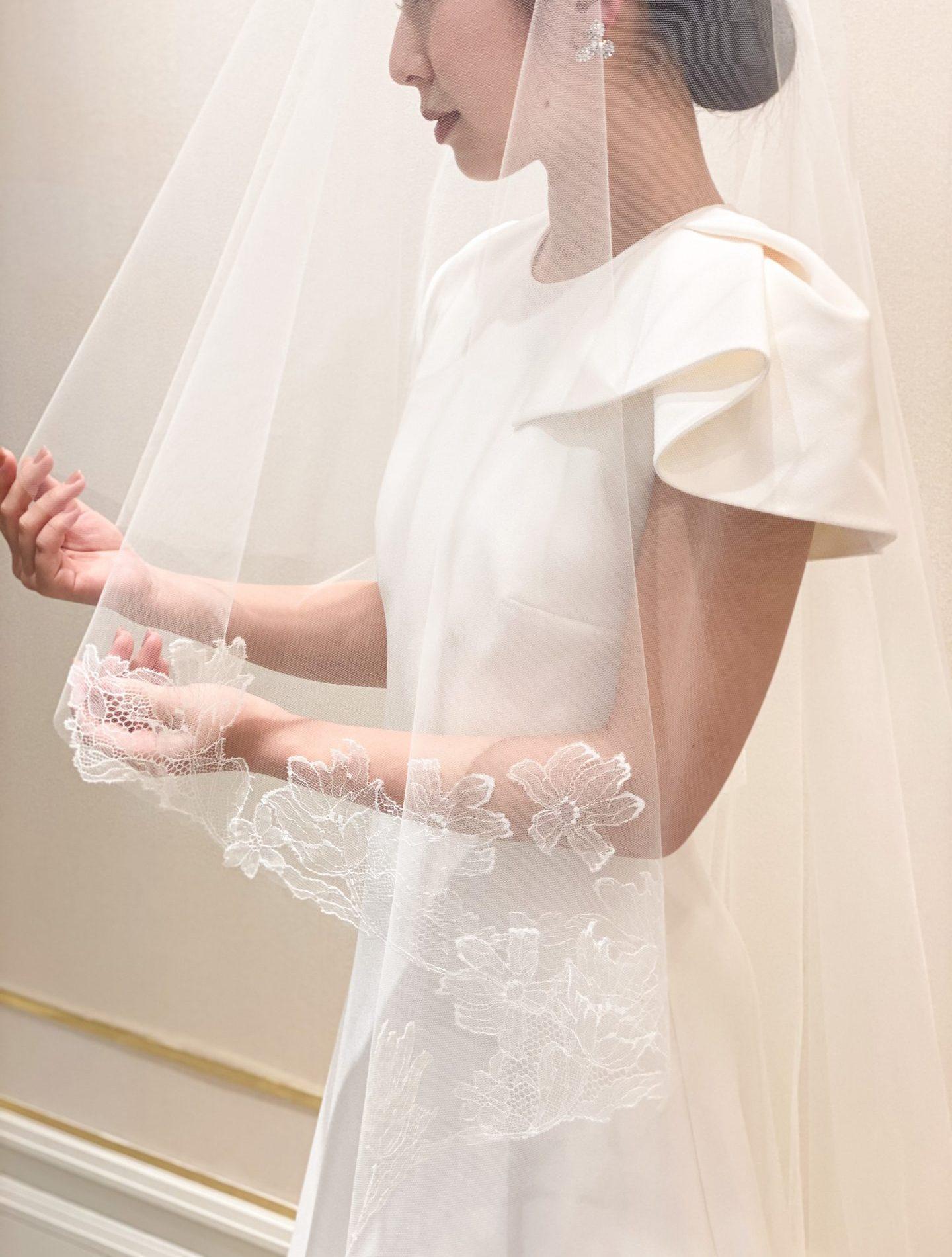 洗練されたシンプルなデザインが美しいサフィヤのウェディングドレスには繊細なハンドメイドの刺繍が美しいロングベールを合わせて