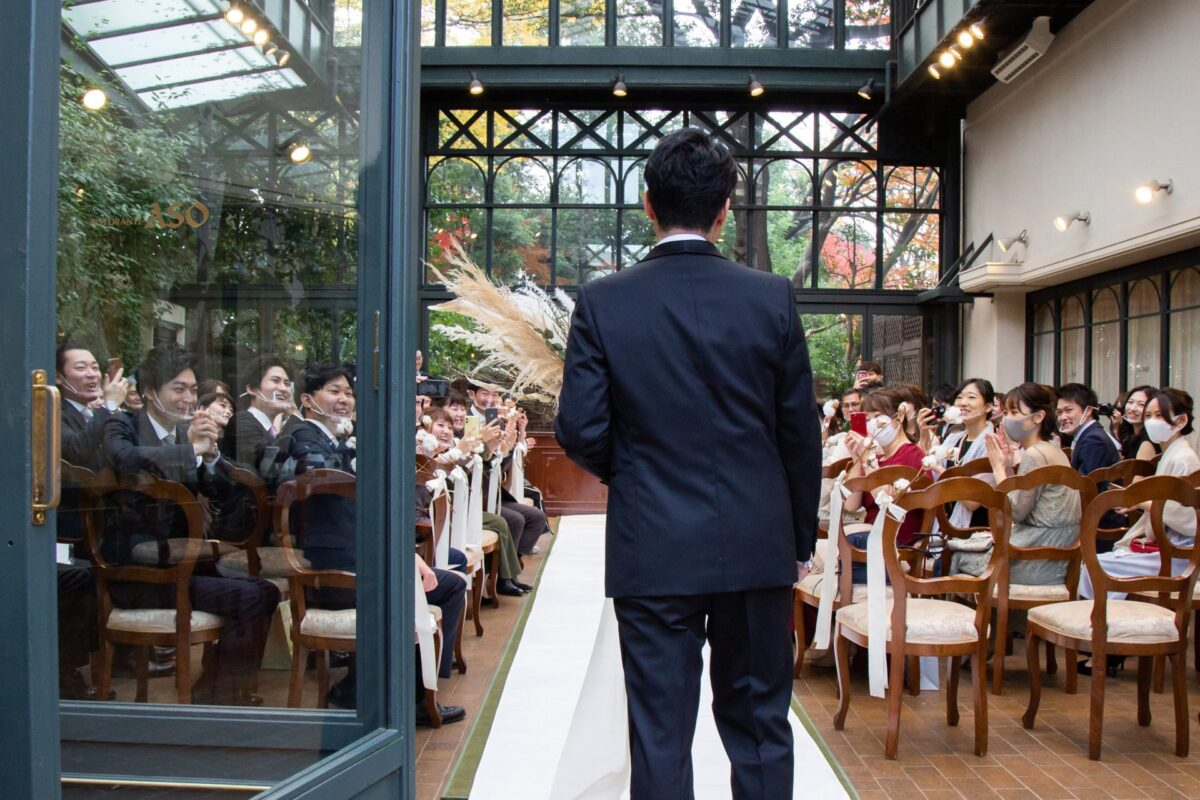 都内の結婚式場の中でも人気の高い、自然光がたっぷりと差し込むリストランテASOのガーデンチャペルは、挙式の厳粛なムードを明るく穏やかに演出します