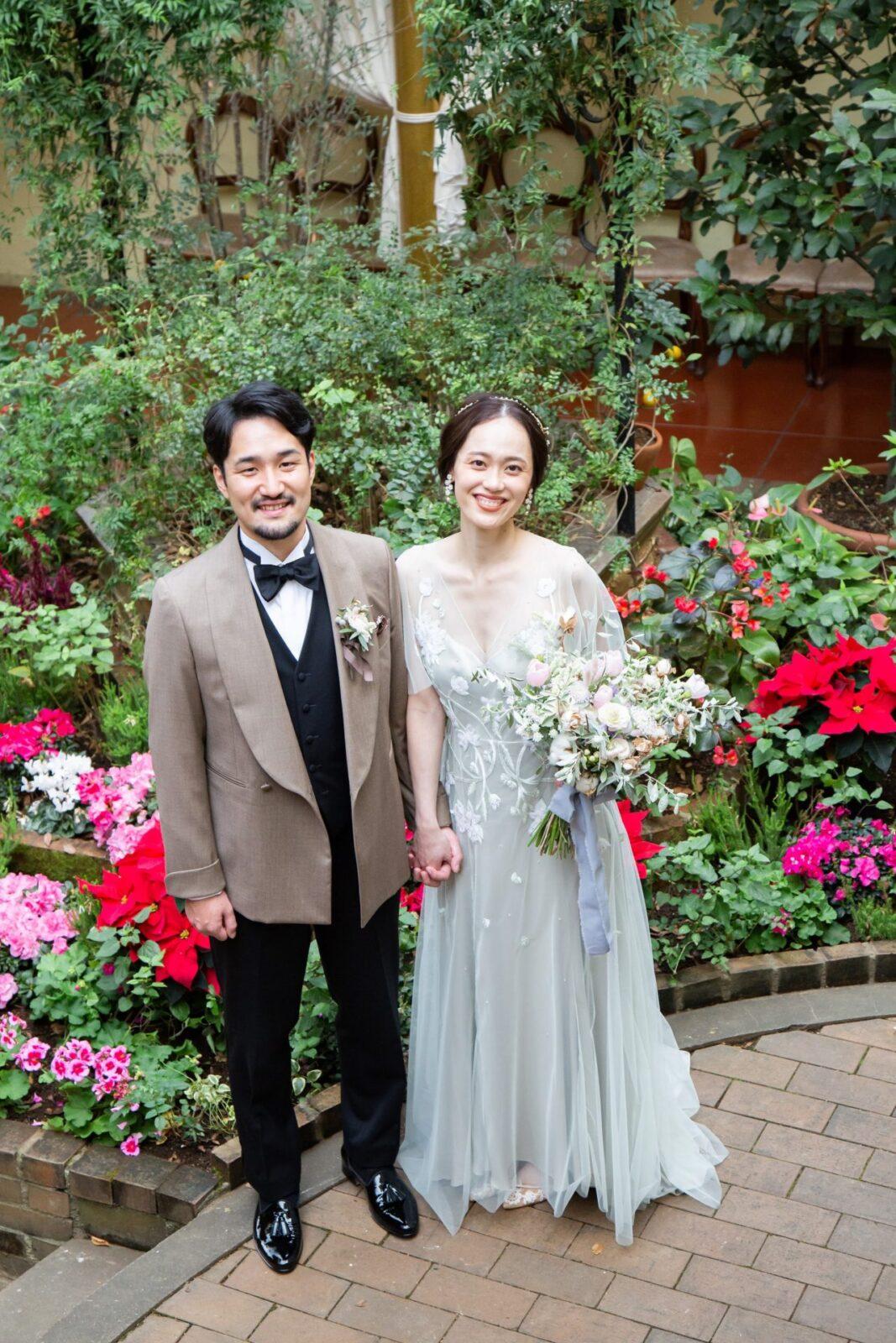 緑豊かなガーデンに囲まれながらインポートのカラードレスとパーティスタイルのタキシードを身に纏い、海外ウェディングのようなお洒落な結婚式を叶えたお二人