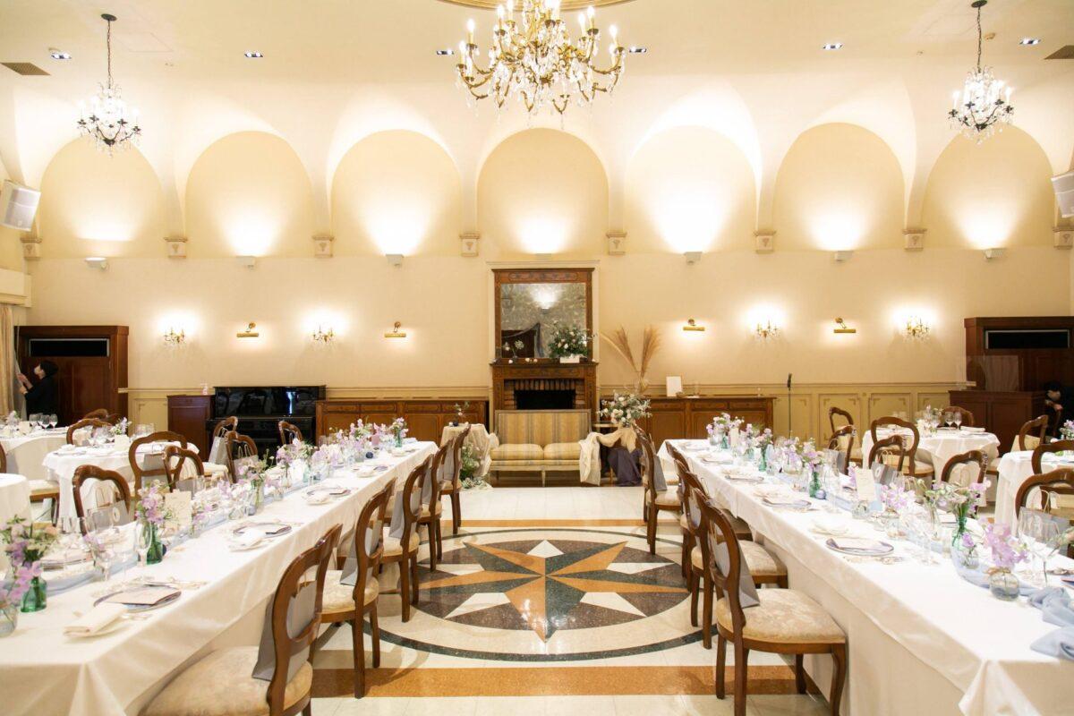一軒家を改装し建てられたリストランテASOの披露宴会場は、温かみのあるアンティークな色合いと歴史的な建築が魅力の空間です
