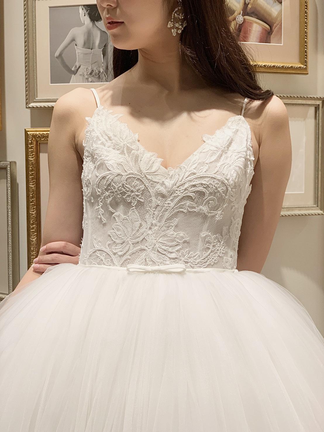 THETREATDRESSING神戸店からMonique Lhuillierのウェディングドレスとイヤリングのコーディネートのご紹介