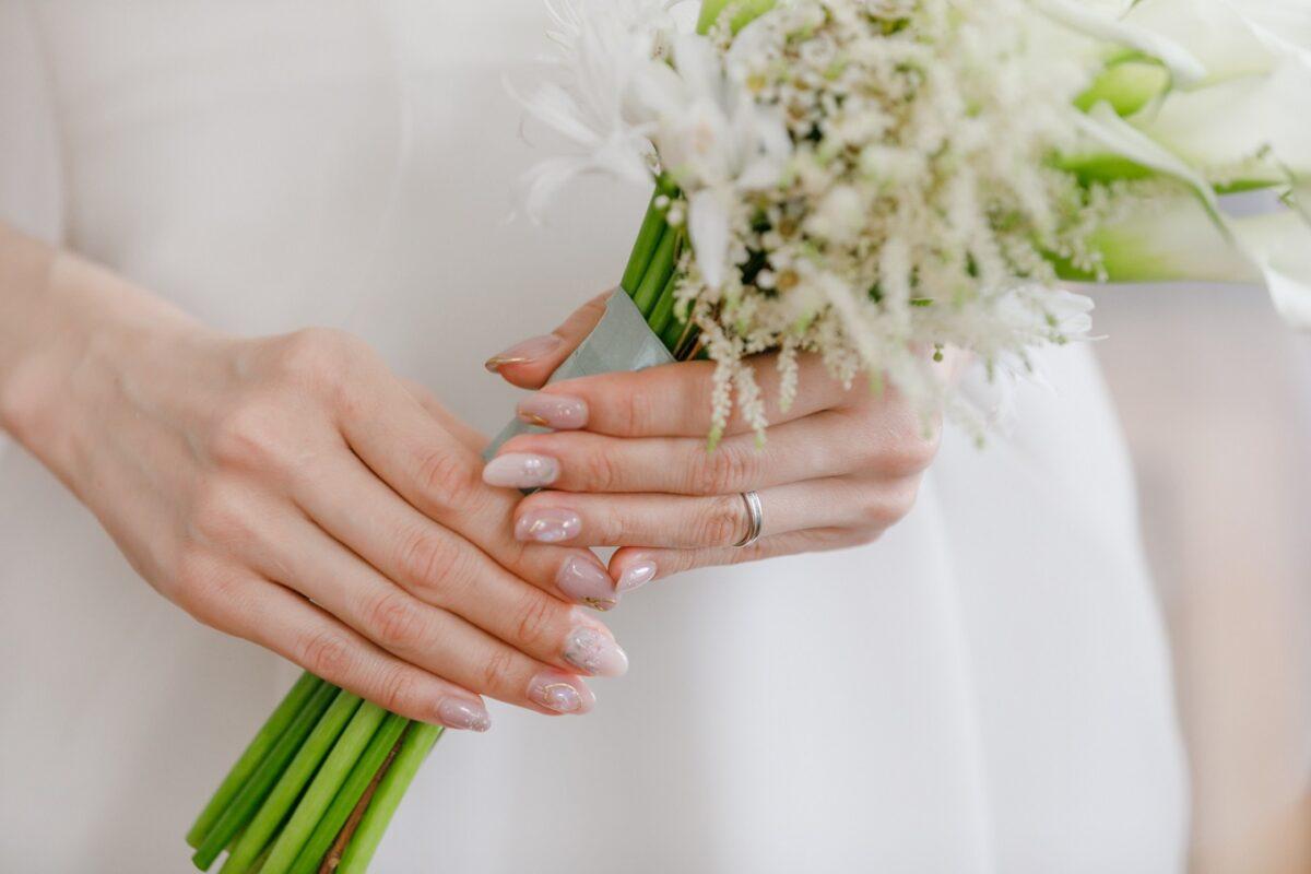 シンプルなジェニーパッカムのレンタルウェディングドレスにはカラーのお花をアクセントにしたスタイリッシュなブーケをコーディネート