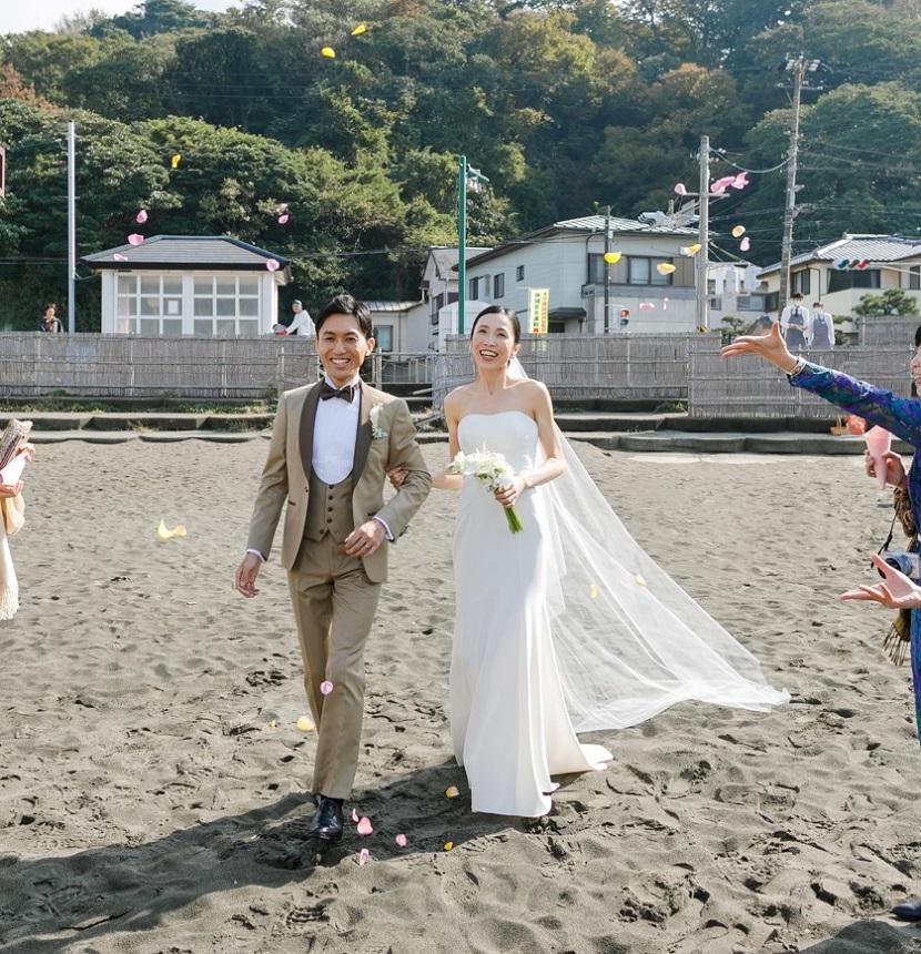 装飾が一切ないシンプルなマーメイドラインのレンタルウェディングドレスには葉山のビーチでも映える軽やかなロングベールを合わせてゲストの手から舞うフラワーシャワーで祝福を