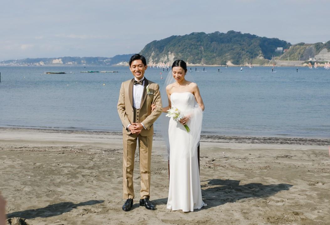 葉山のビーチをバックにクレープ素材のとろみある滑らかなウェディングドレスがぴったり