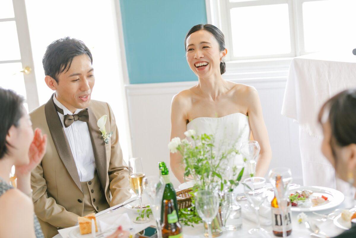 披露宴では新郎新婦ゲストの各卓へ着席をしお食事とお話しをするお時間を