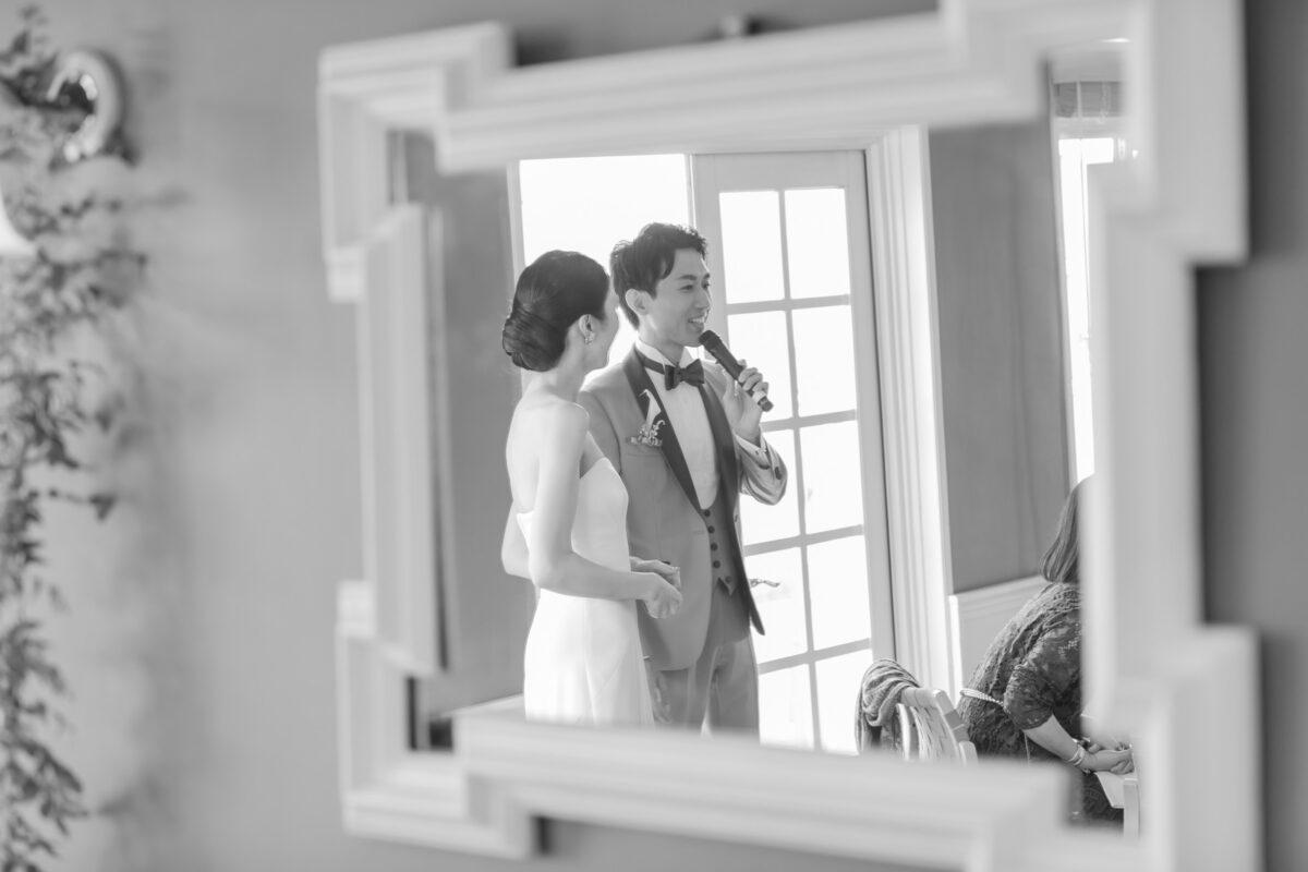 結婚パーティー中は新郎新婦がマイクを握りおふたりの言葉でゲストとのエピソードをお話し