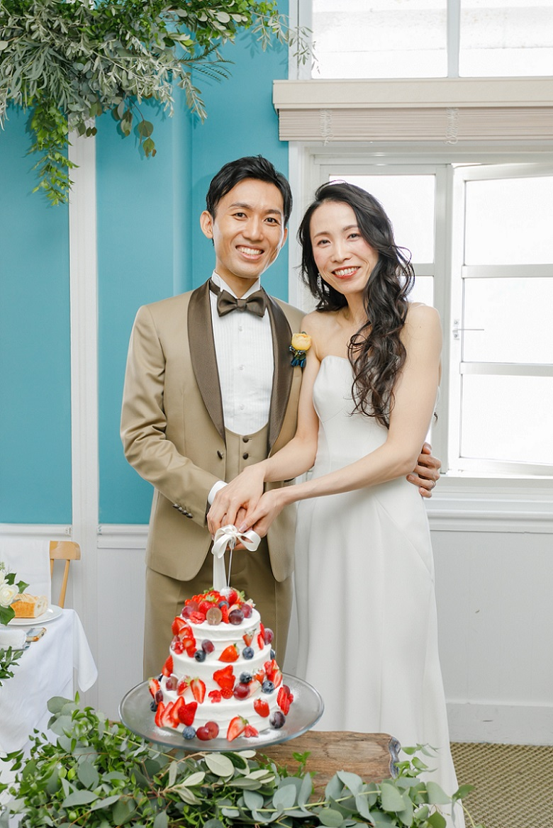 新婦様の再入場はダウンヘアーに赤リップでがらりと雰囲気を変えてまずはケーキ入刀からスタート