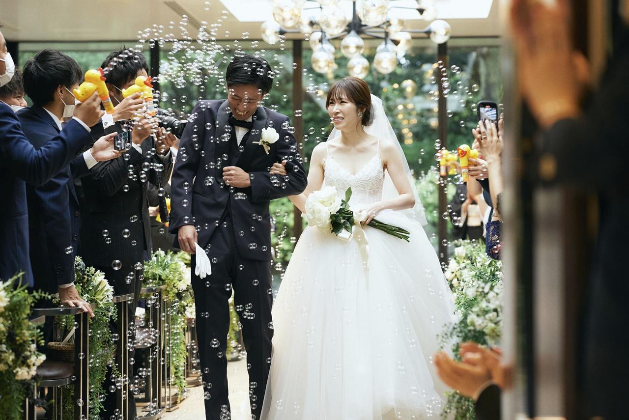 関西のおしゃれな結婚式場に合うキャミソールタイプのプリンセスラインのウェディングドレス