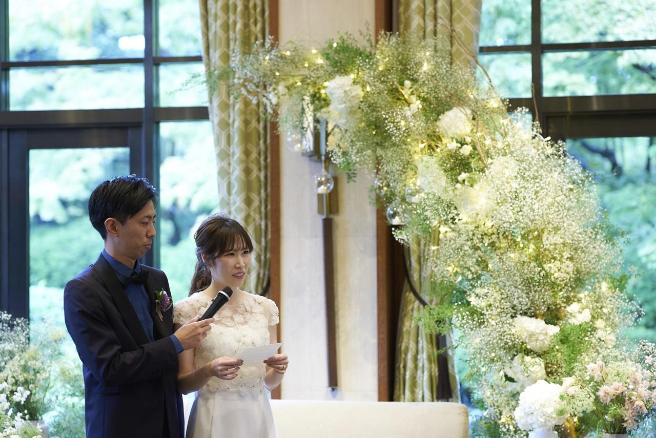 開放感のあるザ・ガーデンオリエンタル大阪でおすすめのスレンダーラインでビジューの装飾が美しいアムサーラのウエディングドレス