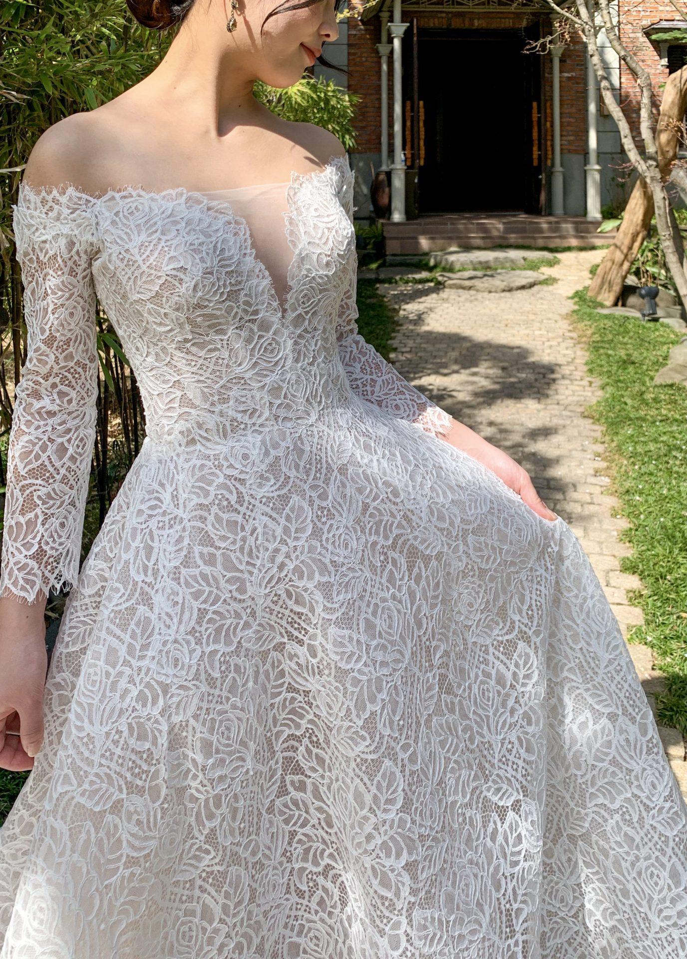 総レースとデコルテコンシャスなデザインが美しいウェディングドレス
