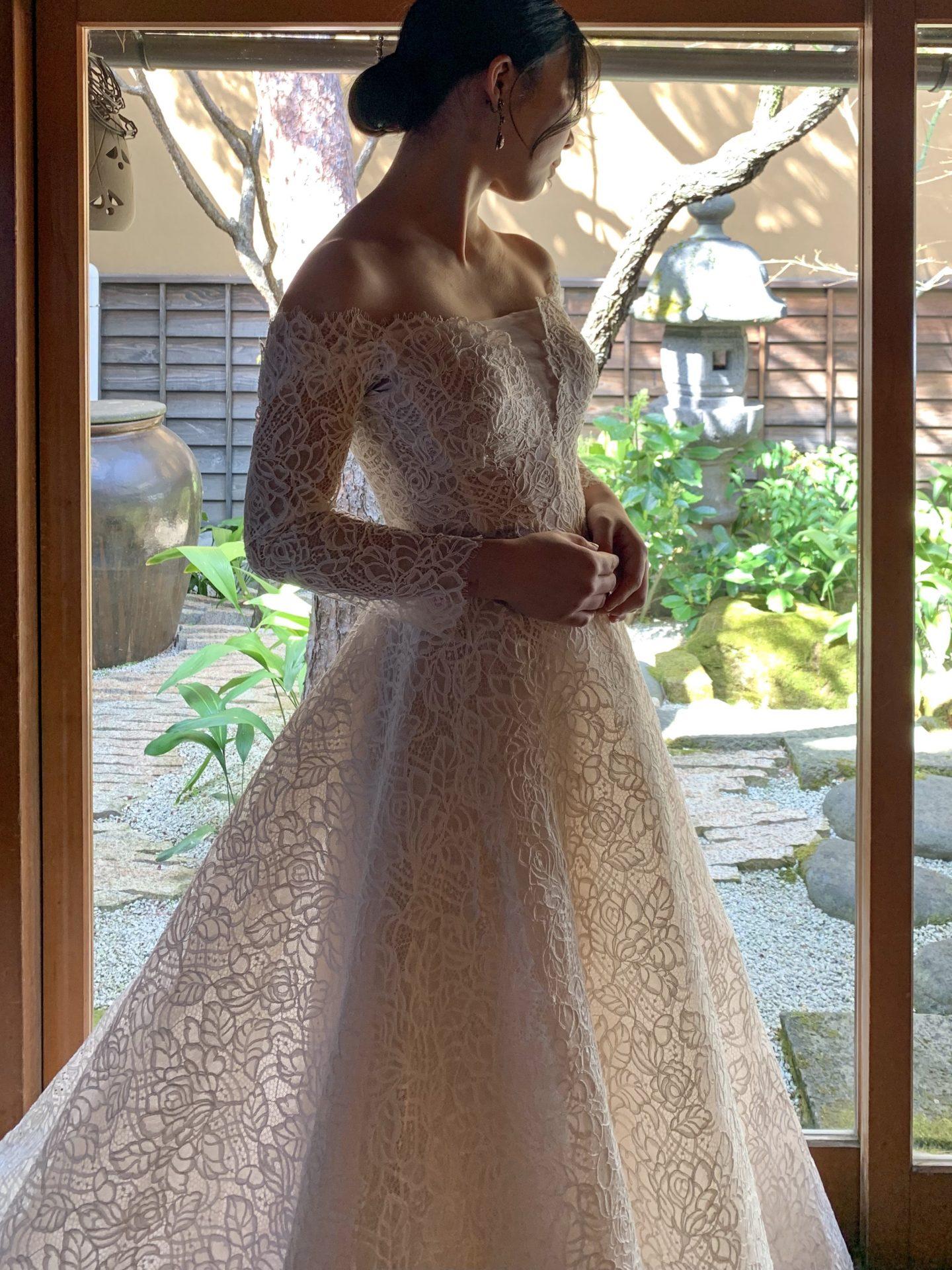 透け感のあるレースのウェディングドレスは花嫁様の透明感を引き出します