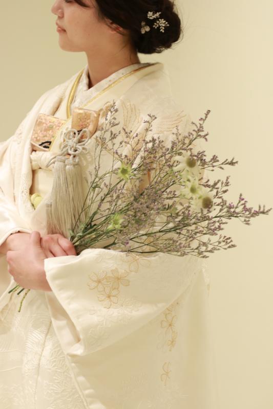 相良刺繍の白無垢は、ふっくらした刺繍糸の厚みと光沢感に華やかな特別感があるため、パレスホテル東京やアンダーズ東京の天井高のある広い結婚式会場でも煌びやかな存在感を放ちます