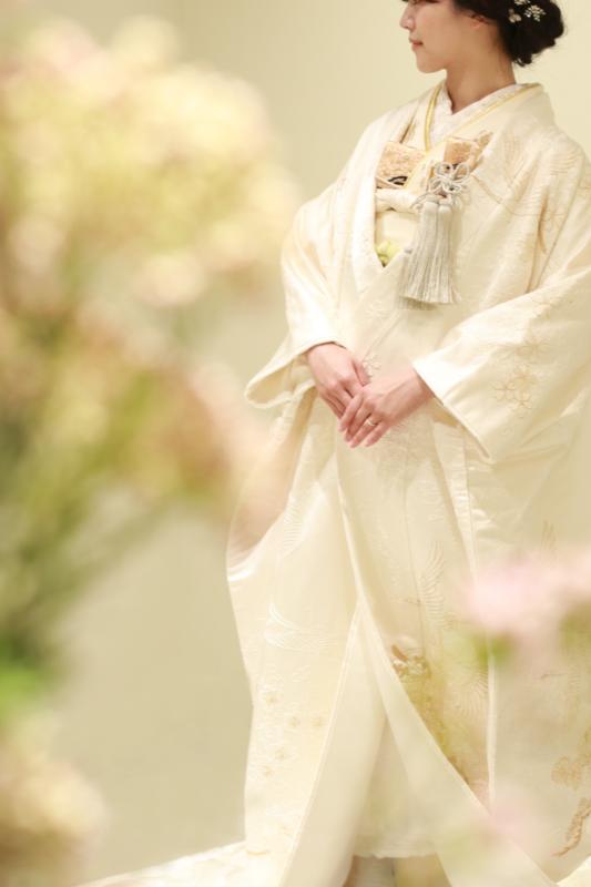 ご結婚式で人気のある日本の伝統衣裳、白無垢は色小物や色掛下、ナチュラルなブーケを組み合わせることで、洋館やホテルにも合うモダンでおしゃれな着こなしに仕上がります