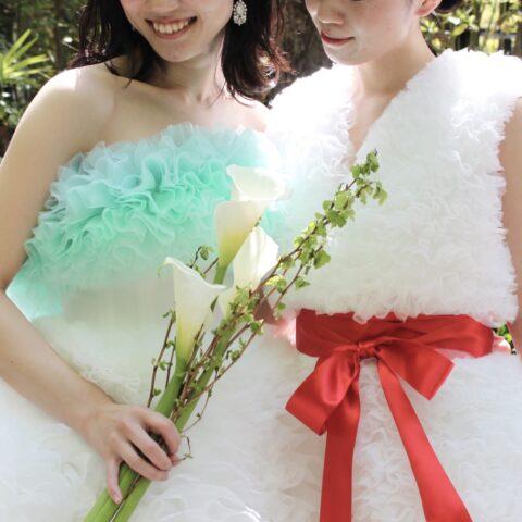 トリートドレッシング京都店にてお取り扱いをしているTOMO KOIZUMIのドレス。カラーのお花と枝葉を合わせた和婚にも合いそうなモダンなスタイル