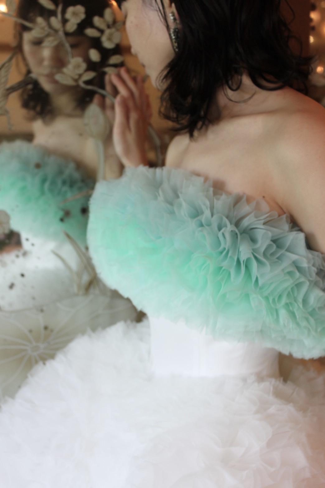 THE TREAT DRESSING KYOTOにてお取り扱いをしているトモコイズミのドレスは立体的なフリルが華やかをプラスしてくれます