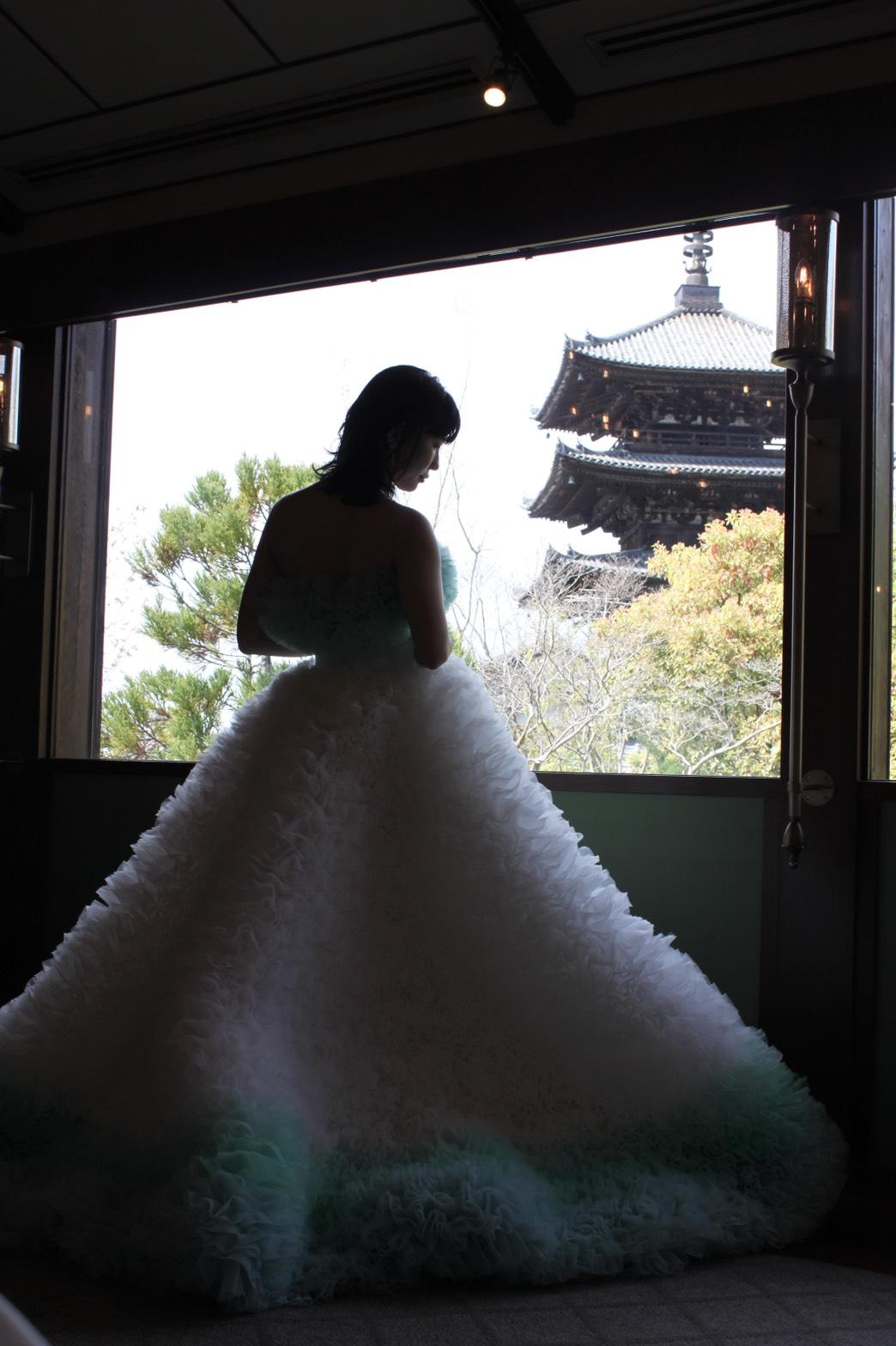 京都の風情が存分に味わえるTHE SODOH HIGASHIYAMA KYOTOから見える八坂の塔と合わせたショットは圧巻でボリュームラインのドレスがおすすめ