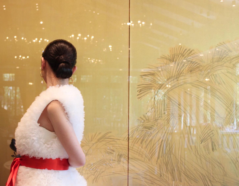 ザ・トリート・ドレッシング京都店にてお取り扱いしているドレスは京都東山ソウゾウの披露宴会場・HIGASHIYAMAの金屏風の前に良く映える一着