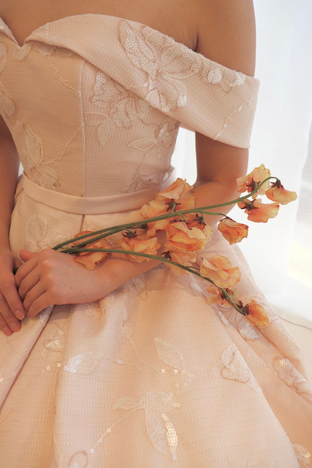 上品でエレガントな花嫁におすすめのザトリートドレッシング名古屋店にて人気のリーフフォーブライズの淡いピンクのAラインのカラードレス