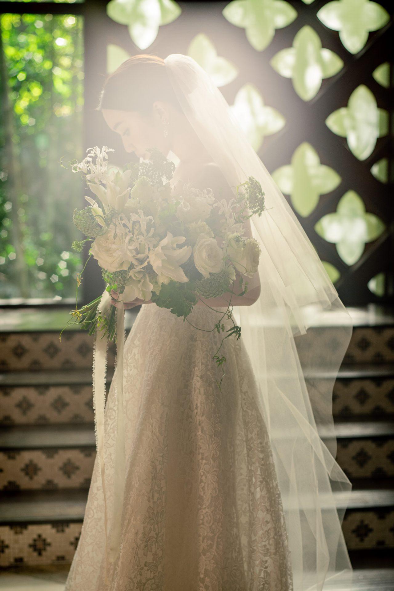 自然光が溢れるチャペルに総レースのウェディングドレスが神秘的な印象を与えます