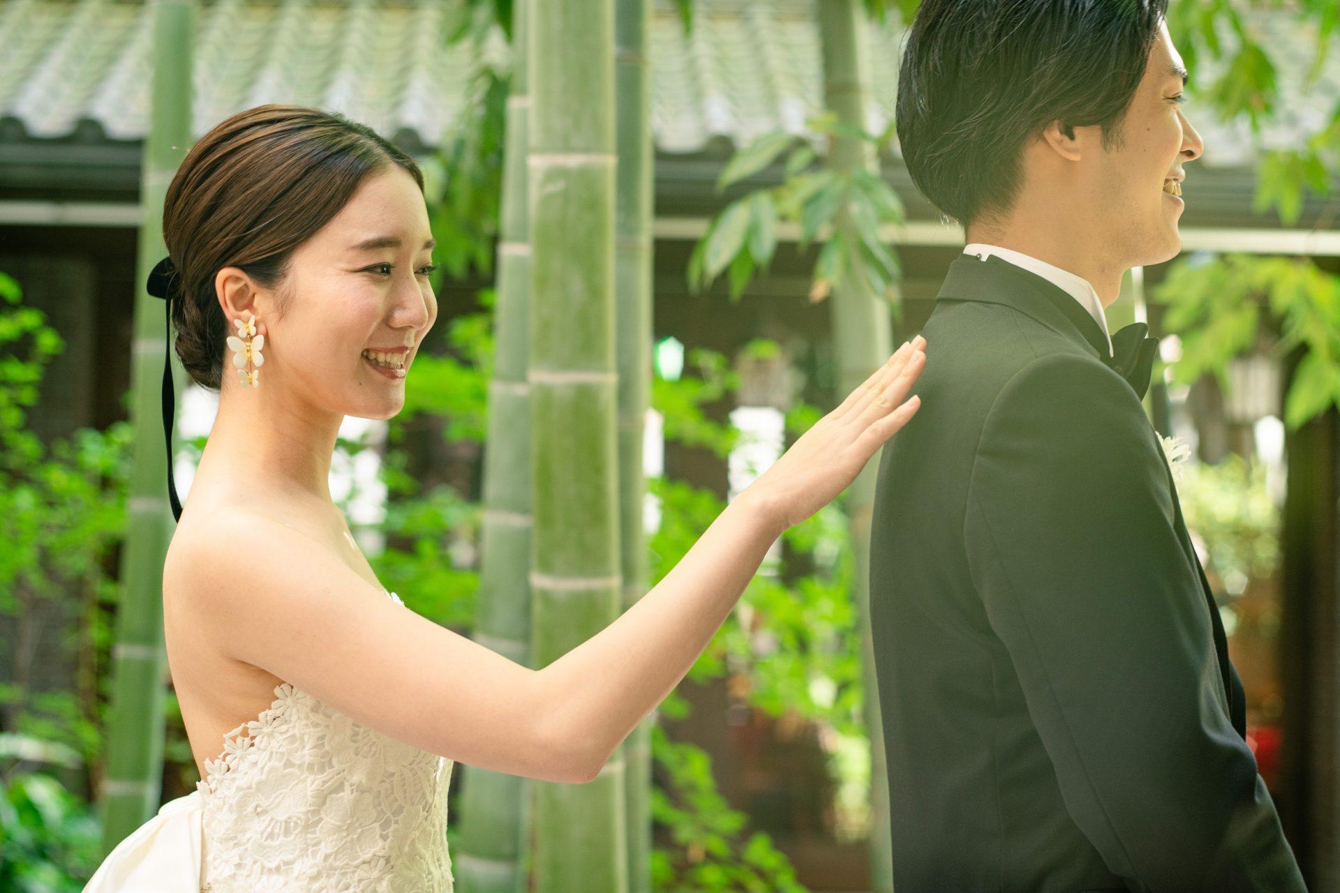 フォーチュンガーデン京都の竹林の中庭にてファーストミートをされる新郎新婦様