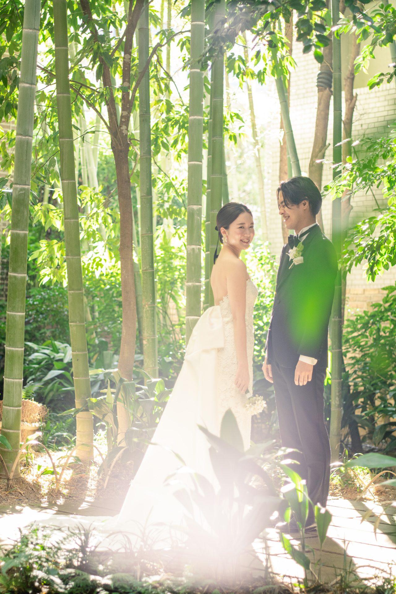 京都エリアでご結婚式をお考えのプレ花嫁様におすすめしたい竹林の中庭に映えるスレンダーラインのウェディングドレス