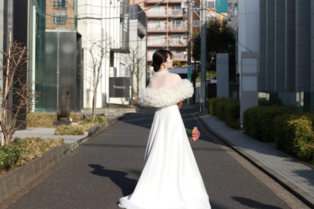 南青山のロケーション撮影にも映える、トリートメゾンフォートモコイズミのボレロとウェディングドレスを使ったコーディネート