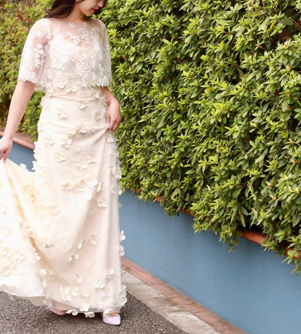 東京表参道にあるウェディングドレスのセレクトショップ、ザトリートドレッシングアディション店が夏の結婚式にオススメする、フラワーモチーフのウェディングドレスとボレロを合わせたコーディネート。