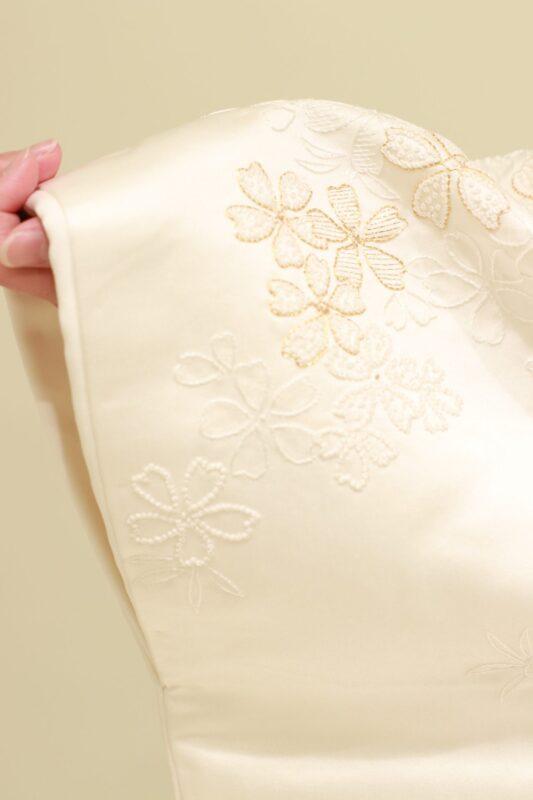 ザトリートドレッシングで大人気の新作白無垢は、袖口まで丁寧に施された相良刺繍と金駒刺繍の桜柄によって、結婚式当日の花嫁様の手元を可憐に魅せます