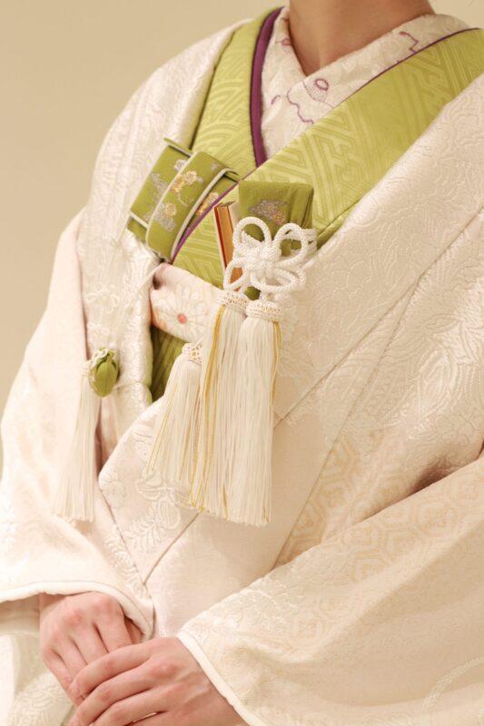 夏秋の前撮りや後撮り・ご結婚式を和装でご検討されている花嫁様におすすめしたい、涼しげな若草色の掛下と上品な紫色の半衿の色合わせが美しいコーディネートです