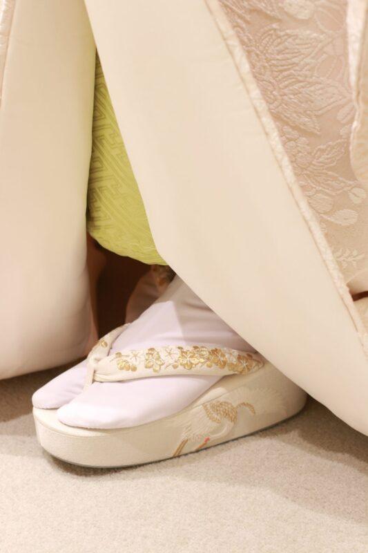 神前式やお色直しで歩みを進めた際、白無垢の足元から、金刺繍で施された桜や鶴など御婚礼に相応しい柄行が入った草履が見えると格式高さとお洒落な印象があって素敵です
