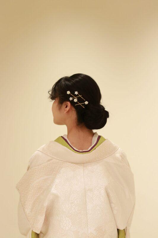 髪飾りにシェルで作られたヘアピンを挿すと、白無垢が和モダンなコーディネートに仕上がり、前撮りでのお写真映えはもちろん、結婚式当日もゲストに喜んでいただけることでしょう