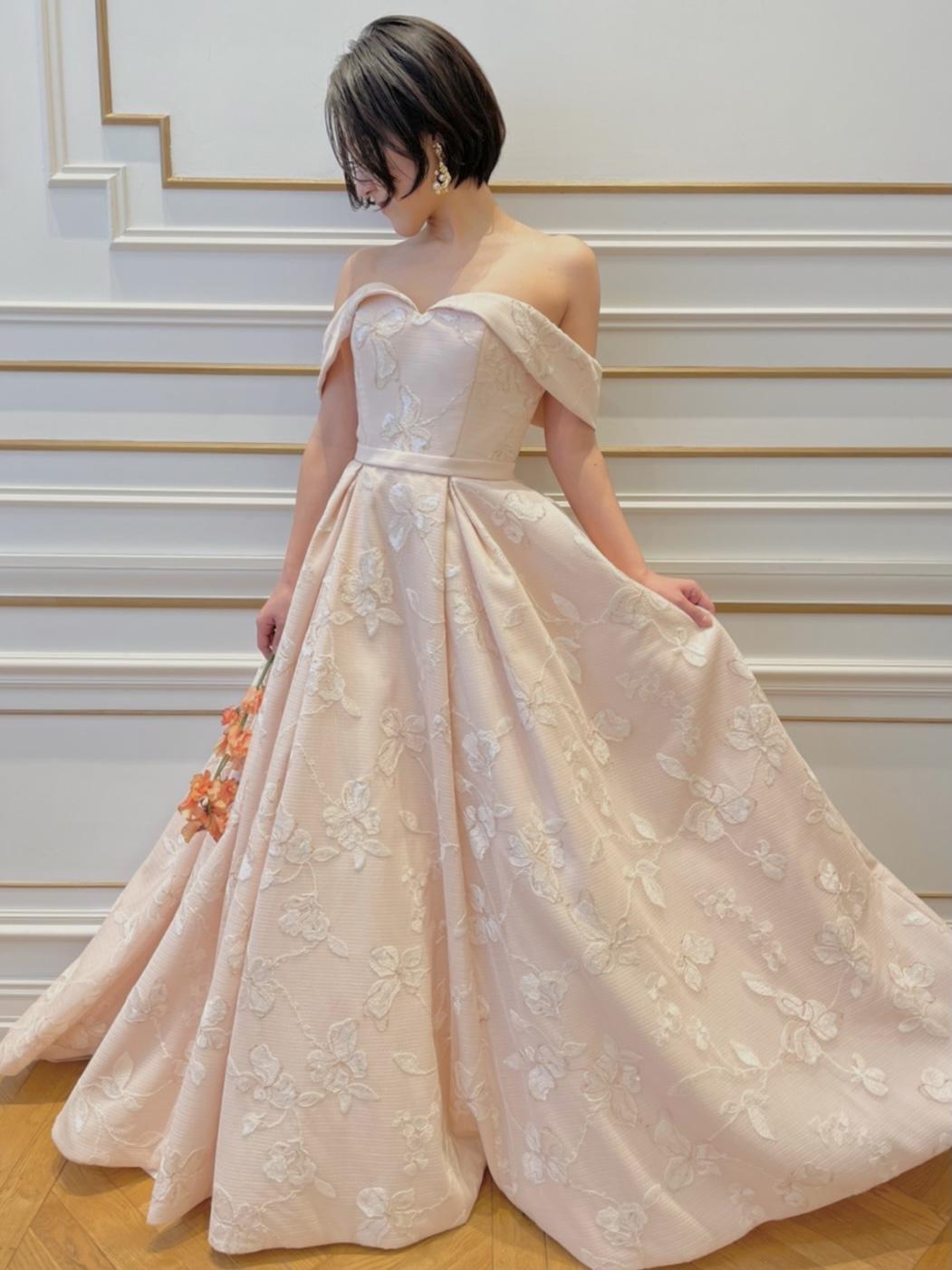 ザトリートドレッシング名古屋店にて人気のリーフフォーブライズのオフショルダーのパステルピンクのカラードレス