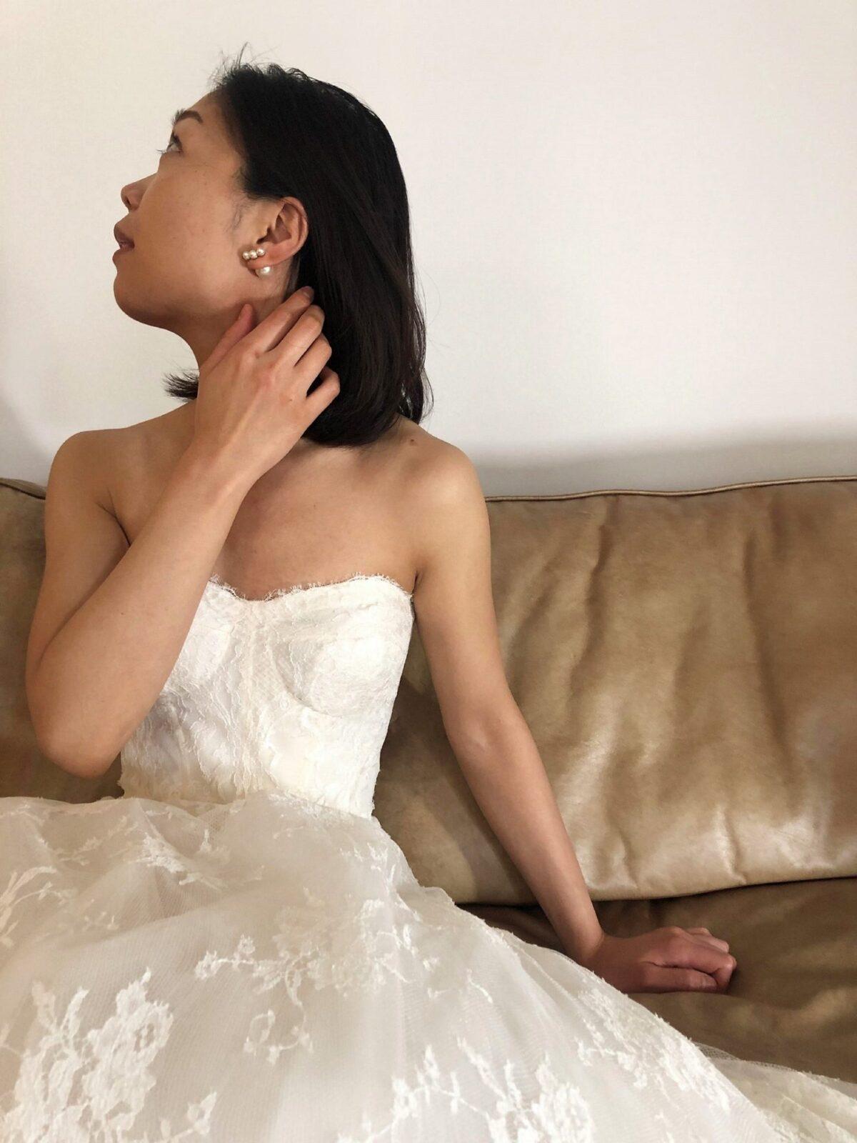 決めすぎないボブヘアにパールのピアスを合わせれば透け感が美しいレースのレンタルウェディングドレスをどんな会場にもマッチするのでおすすめです。