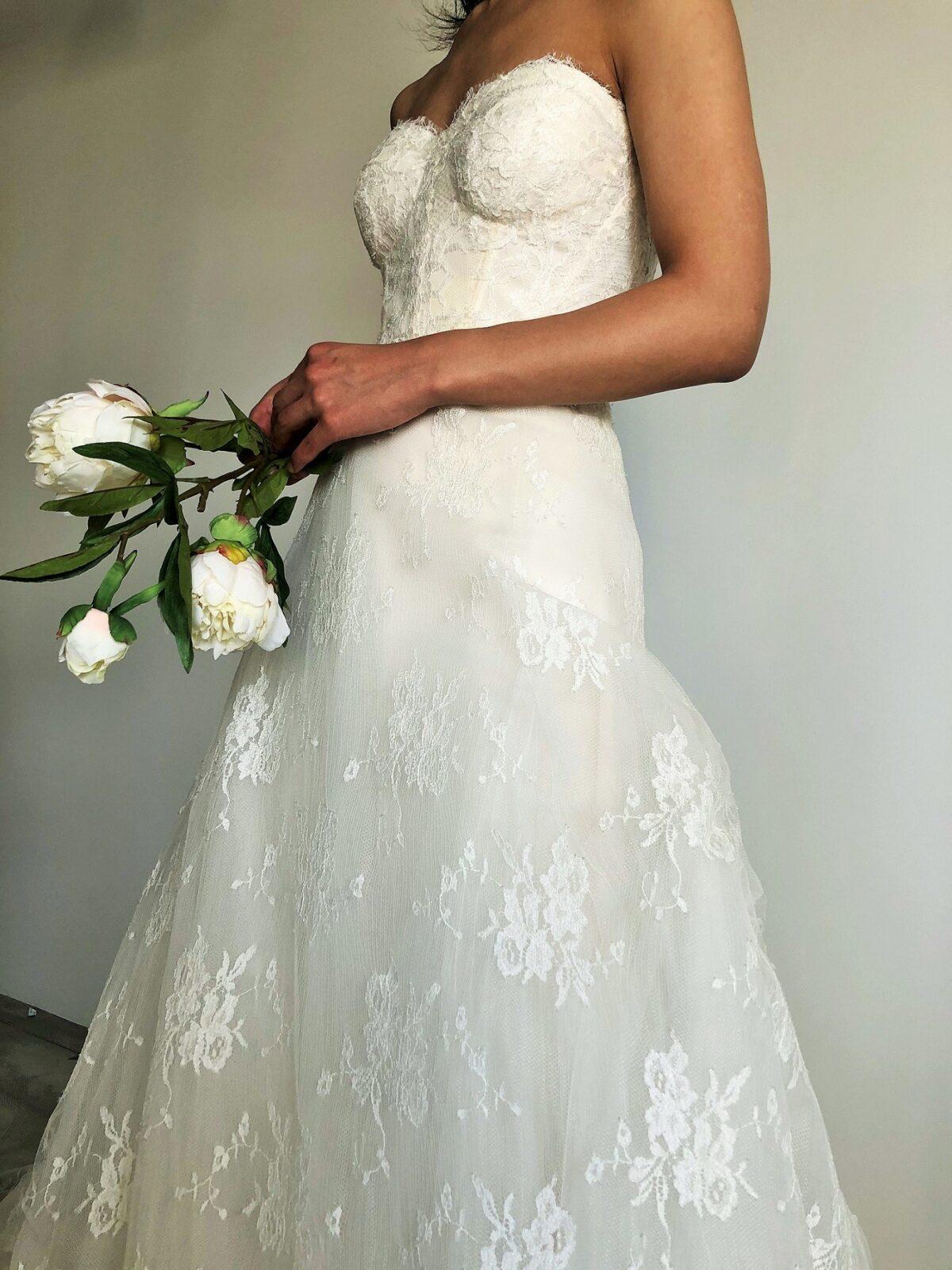 小さなお花がいくつか集まったレースがちりばめられたレンタルウェディングドレスはどんな会場でもお召しいただける1着です。