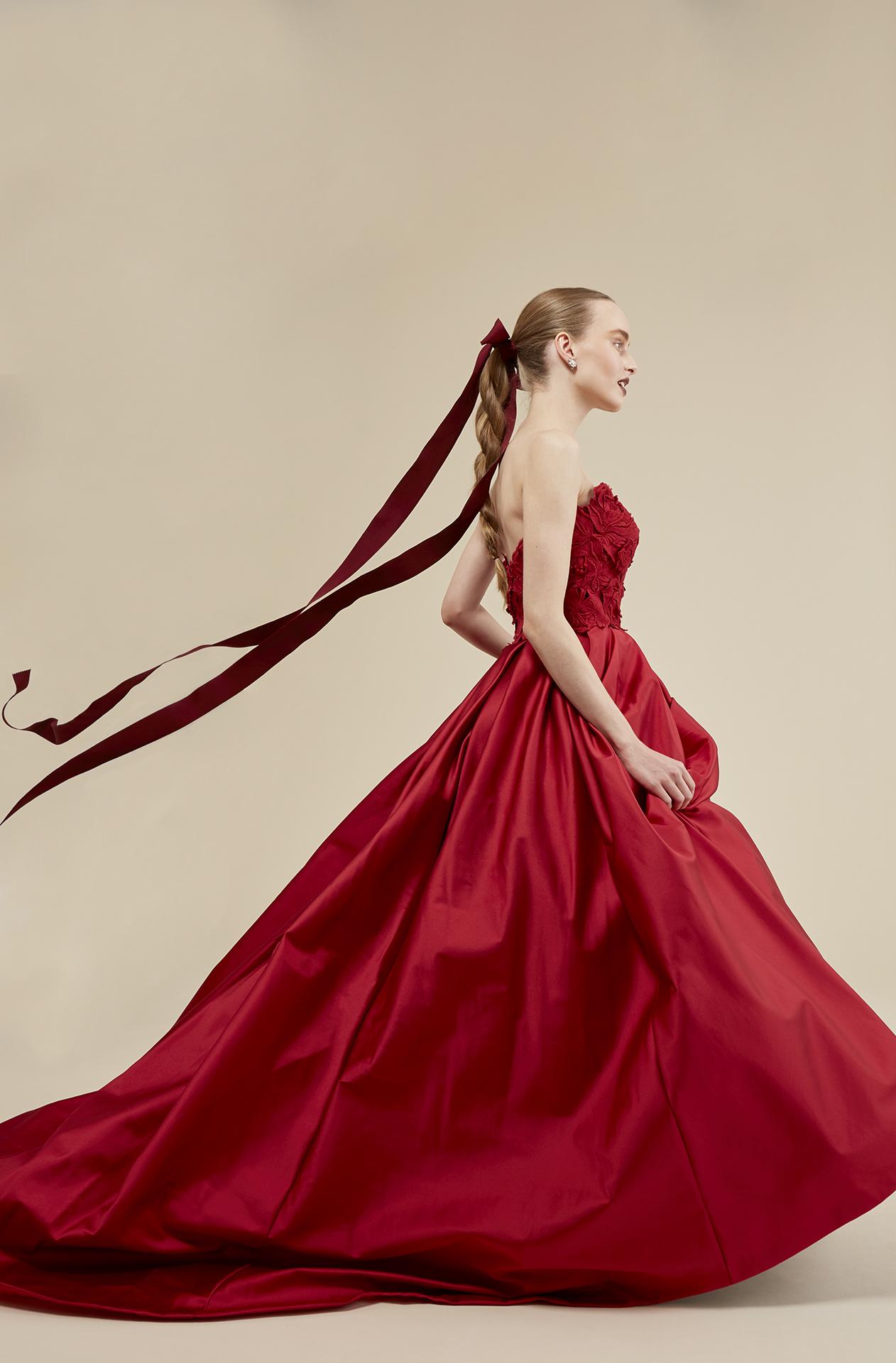 トリートオリジナルカラードレスのご紹介。人気の赤色のカラードレスはビスチェタイプのAラインがおすすめ。