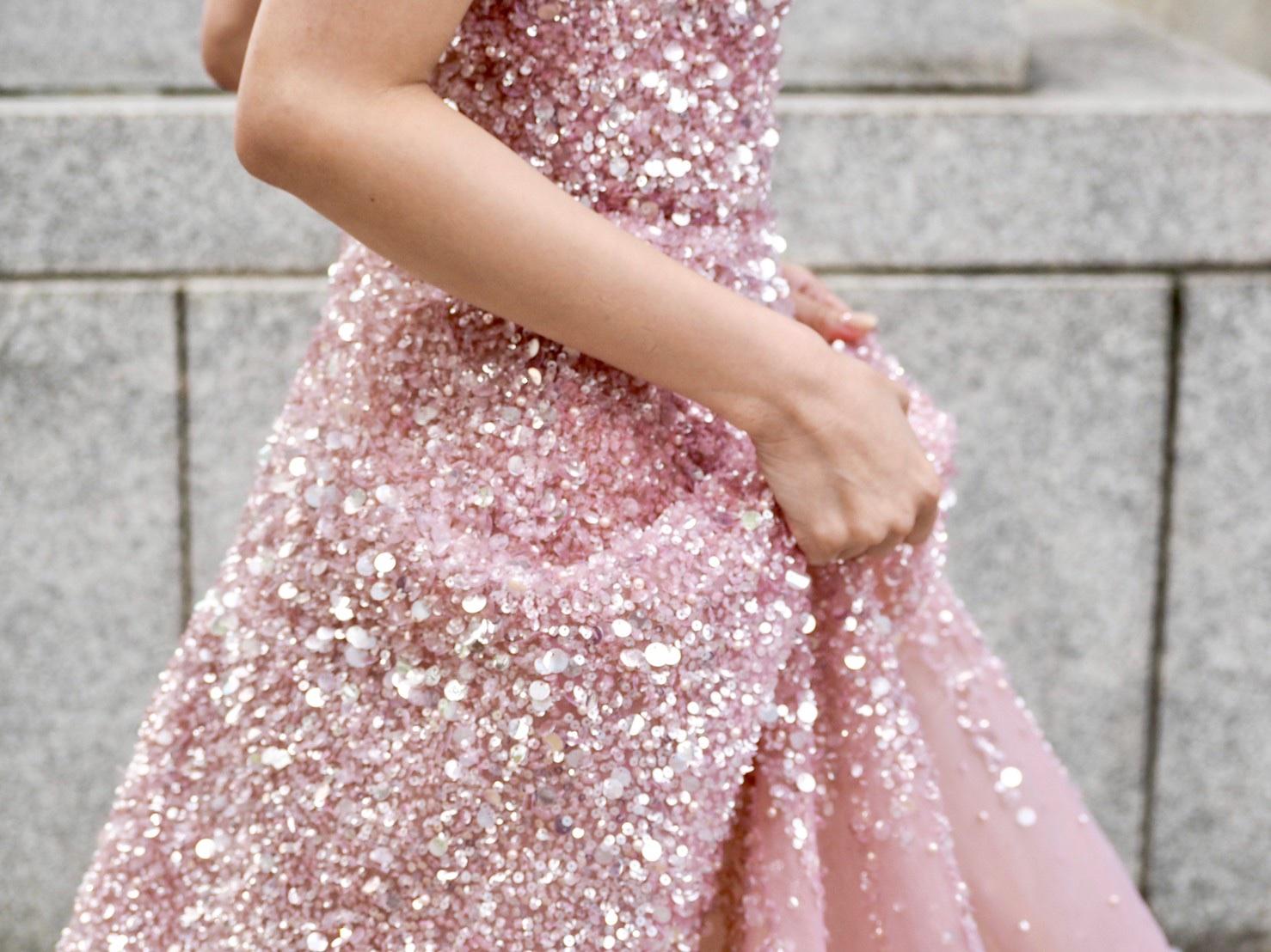ザトリートドレッシング神戸店にてお取り扱いのある歩むたびに華やかに煌くリームアクラのカラードレスのご紹介