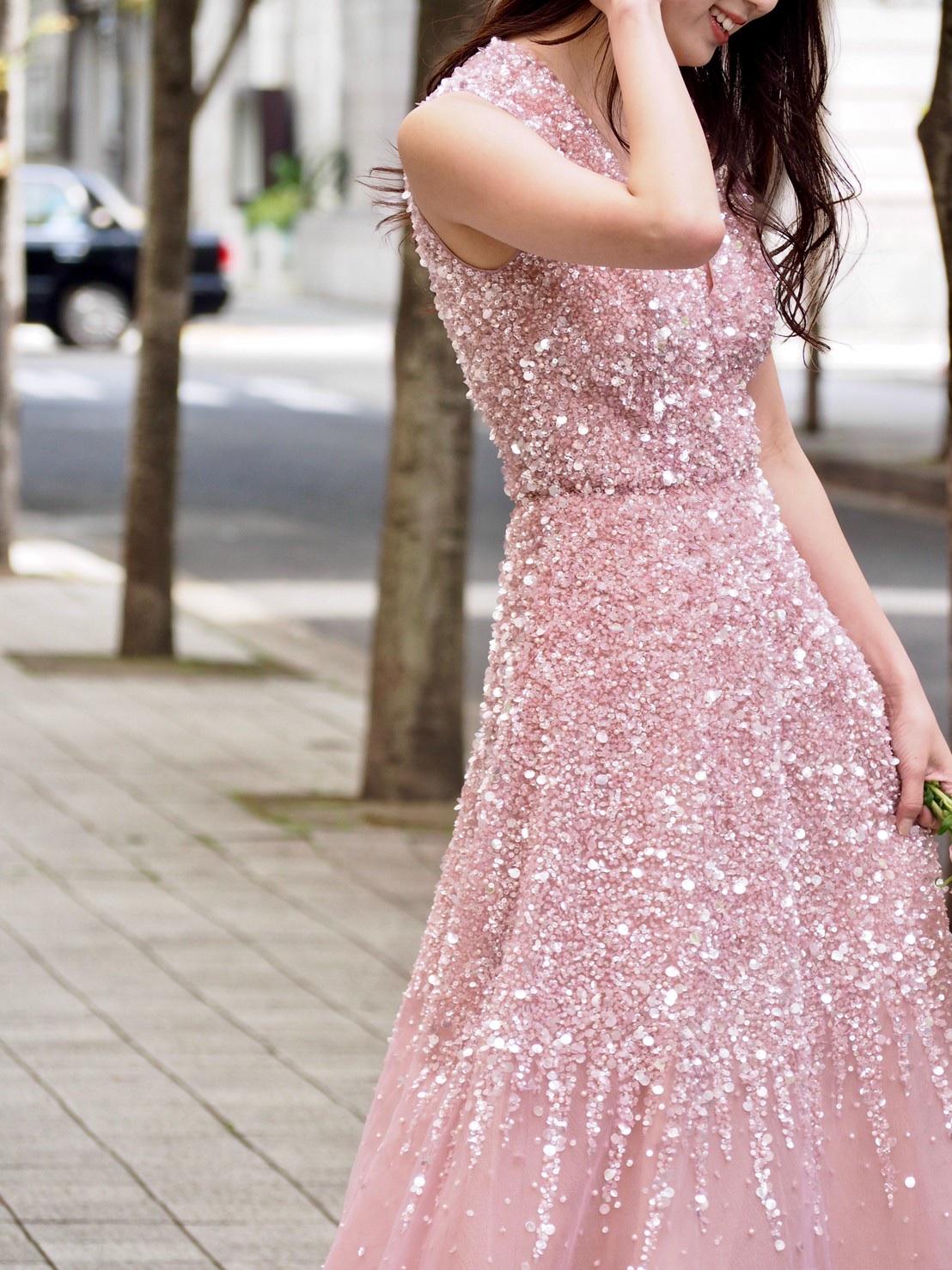 ザトリートドレッシング神戸店にてお取り扱いのあるビジューがゴージャスなリームアクラのカラードレスのご紹介