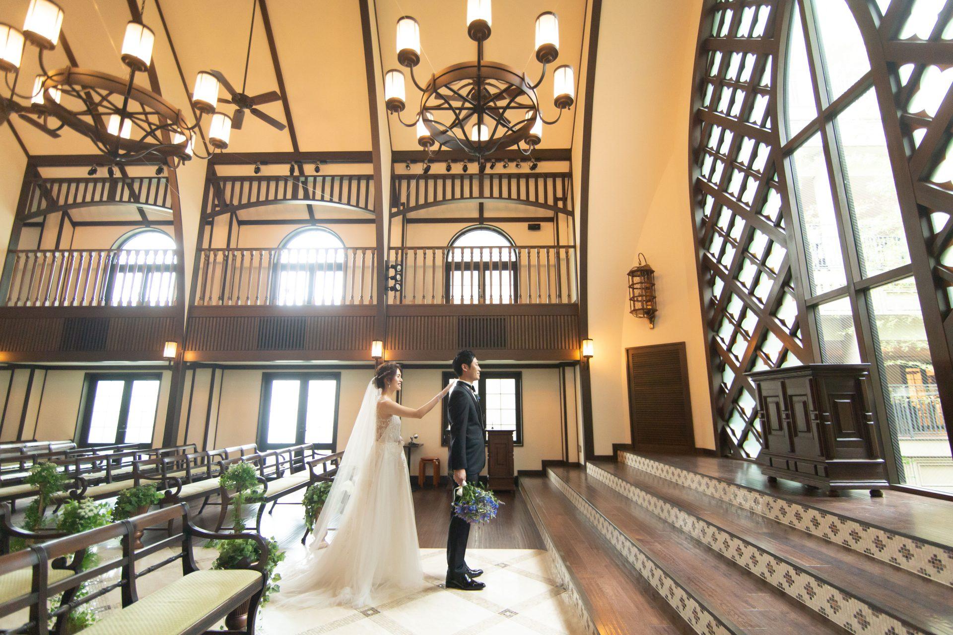 ザ・トリート・ドレッシングのウェディングドレスとタキシードを身にまといフォーチュンガーデン京都の大聖堂のようなチャペルにてファーストミートをされる新郎新婦様