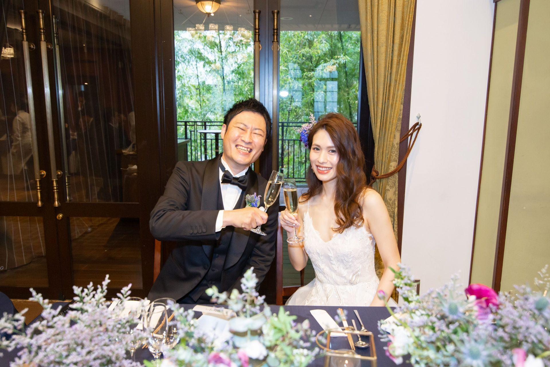 プレ花嫁様におすすめしたい光と緑の溢れる会場にてアットホームパーティーをされるのにぴったりな衣裳