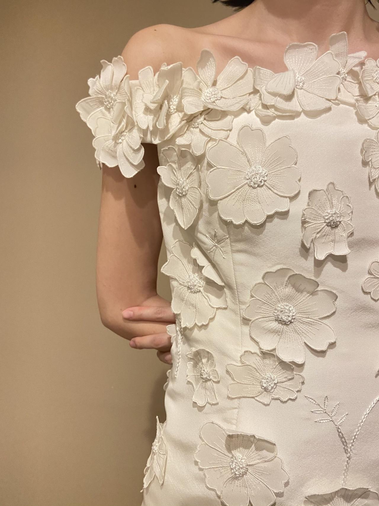 立体的なお花モチーフが魅力的なオスカー・デ・ラ・レンタのウェディングドレス