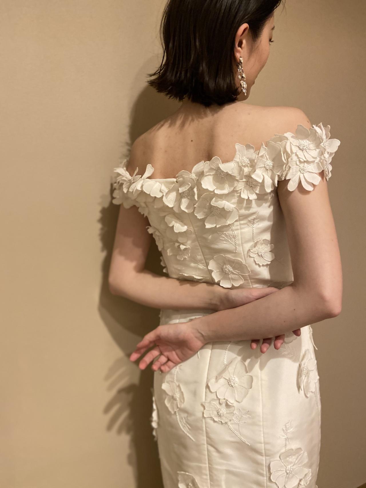 女性らしい繊細な3Dモチーフの刺繍が華やかなウェディングドレスは、ウィズザスタイルのナチュラルで温かみのある雰囲気にぴったり