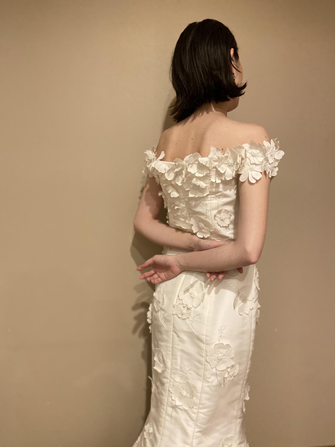 オフショルダーで女性らしいマーメイドドレス