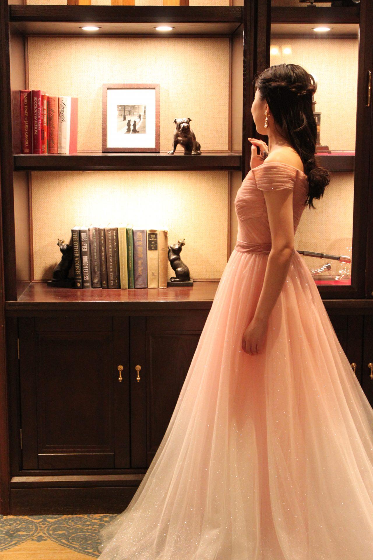 トリートドレッシングにてお取り扱いをしているジェニーパッカムのピンクカラードレスには大人フェミニンな花嫁を想像されている方にピッタリ